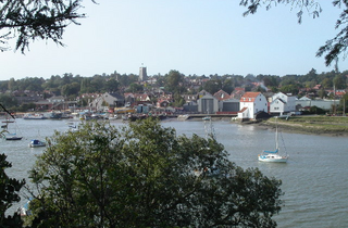 Woodbridge from across the River Deben (Dennis Jackson [CC BY-SA 2.0 (http://creativecommons.org/licenses/by-sa/2.0)], via Wikimedia Commons)